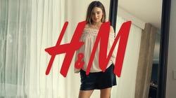 스프링쿨러 덕분에 구경하는 미란다 커의 비밀스런 패션쇼, 미란다 커(Miranda Kerr)의 H&M 2014 Spring Fashion 온라인 광고영상.