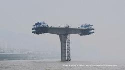 강물에 떠있는 거대한 구조물