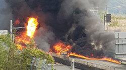 창원터널 왕복 4차선 도로, 차량 10여대 폭발로 불탐