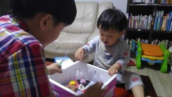 아이스크림 케익 하나에 즐거운 두 아들
