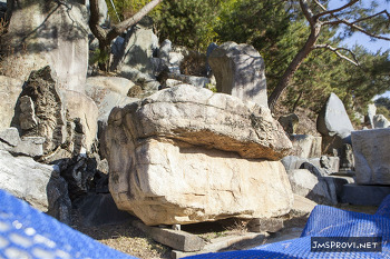 초가집 돌에 숨겨진 사연