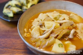 느끼한 속을 개운하게 잡아줄 김치요리 '김치수제비 만드는 법'
