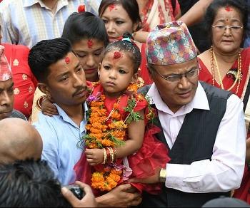 네팔의 살아있는 여신 '쿠마리', 새로운 3세 여아 쿠마리에 선정···아이의 앞날은?