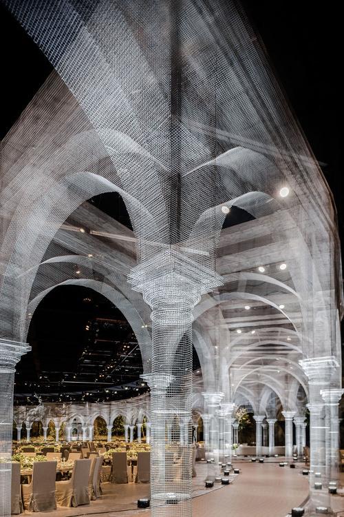 전선으로 만든 거대한 빛의 건축물