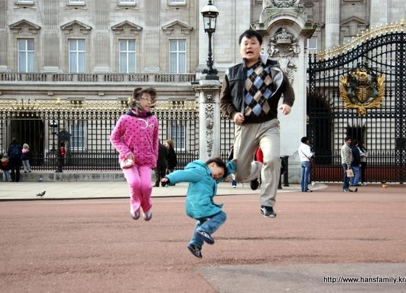 보너스, 버킹검 궁전 앞에서 뜀뛰기 놀이 ^^