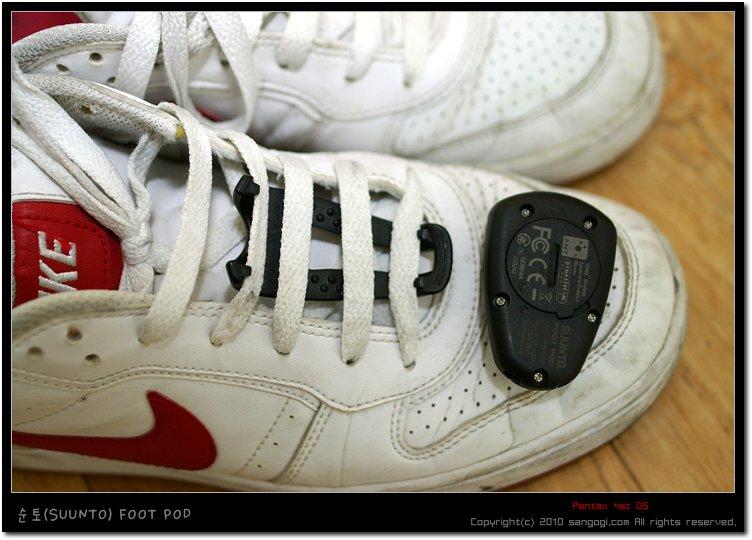 1. 신발끈 밑에 거치대를 끼운다.