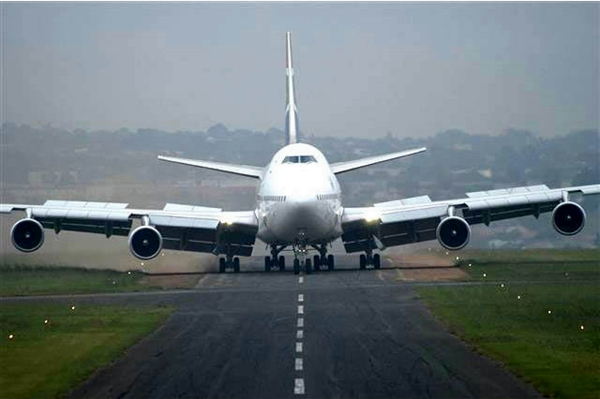 B747 착륙 모습 (근데 활주로 폭이 너무 좁다. 실제 이런 활주로를 이용할 수는 없을듯)