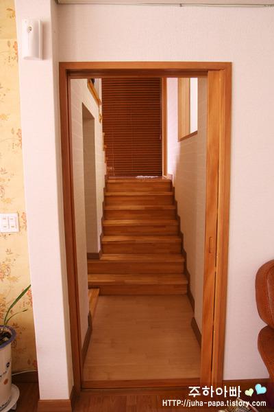 [2층으로 올라가는 계단]
