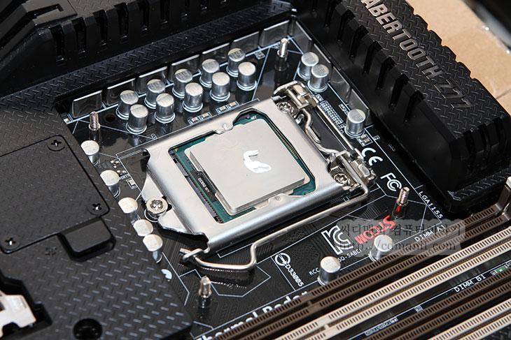 아이비브릿지 발열, Ivy Bridge, i7-3770K, i7-2600K, 비교, 온도, 발열, 테스트, IT, 메인보드, ASUS, SABERTOOTH Z77, 오버클러킹, OC, 4.5Ghz, 4.8Ghz, 실패, 성공, i7-3770K VS i7-2600K, Vegas 10d, 인코딩, 동영상,아이비브릿지 발열 때문에 걱정하는 분들이 많이 계셔서 저도 샌디브릿지와 비교 테스트를 직접 해 봤습니다. i7-3770K와 i7-2600K 를 준비를 했습니다. 최대한 실생활에서 느끼는 차이를 알아보기 위해서 쿨러도 평범한 쿨러를 준비했습니다. 아이비브릿지 발열은 오버클러킹을 하지 않은 상태에서는 샌디브릿지와 큰 차이는 없더군요. 다만 과오버클러킹시에는 발열이 좀 높게 올라갑니다. 근데 좀 신기한 현상이 있네요. 아이비브릿지 발열 테스트를 좀 더 공정하게 하기 위해서 대기의 온도를 대조군으로 측정하고 쿨러는 써모랩 트리니티를 준비하고 팬속도는 Silent Mode 로 셋팅 했습니다. 그런데 Vegas 10d 로 인코딩 테스트를 하니 버튼을 누르자마자 온도가 급격하게 올라가네요. 그 후에 인코딩이 끝나면 발열이 급격하게 떨어지는 현상이 있었습니다.  실제 온도가 그만큼 올라가는것인지 아니면 아이비브릿지의 높아진 공정 때문에 센서부분의 차이로 온도차이가 생기는것인지 좀 애매한 부분도 있네요. 테스트시에는 온도는 높게 나왔지만 실제로 쿨러가 탈정도로 온도가 올라가진 않았습니다. 참고로 온도는 어느부분에서 측정했는지 또는 어떤 프로그램을 썼는지에 따라서 좀 차이는 있습니다. 같은 조건을 구성하기 위해서 테스트 후 충분히 식히는 과정을 거쳤지만 시간대가 조금씩 다르므로 시작 온도가 좀 차이가 나는 부분은 오차내로 봐주시기 바랍니다.