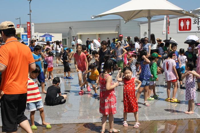 어린이들의 시원한 물놀이