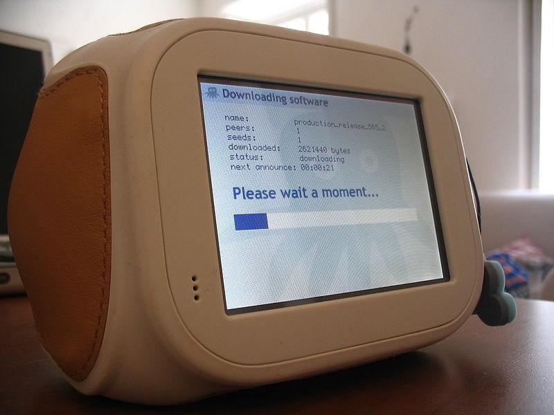 Chumby가 소프트웨어를 다운로드하는 모습 - 출처: http://en.wikipedia.org/wiki/File:Chumby_downloading_software.jpg