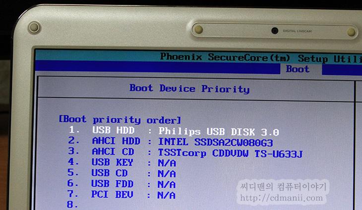 SSD 외장하드, 1.8인치, 필립스 SSD, 128GB, 저장장치, 휴대용저장장치, SSD 1.8, 필립스, PHILIPS SSD, IT, USB 3.0, USB 2.0, 케이블, 필터, 낸드플래시, 1TB, 64GB, 256GB,SSD 외장하드 1.8인치 필립스 SSD 128GB를 사용해보고 몇가지 재미있는 점을 발견했네요. 벤치마크 결과를 무조건 믿을 수는 없다는 뭐 그런 이야기인데요. 아래에서 SSD 외장하드 필립스 SSD 128GB에 대해서 벤치마킹을 여러가지를 해볼텐데요. 실제 전송속도가 더 잘나오는 경우가 있더군요. 테스트는 윈도우8 데스크탑에서 진행했습니다. 예전에는 들고다니는 저장공간으로 하드디스크 타입을 일반적으로 사용하였으나 최근에는 데이터의 안정성이 중요해지면서 SSD타입의 외장하드를 고민하는 분들이 많아졌습니다.  근데 이름이 이상하긴 하네요 SSD 휴대용 저장장치로 말하는게 맞겠으나 외장하드라는 말이 그전부터 일반적으로 통용되어서 SSD 외장하드라고도 많이 부르네요. 하드디스크 타입의 휴대용 저장장치보다 SSD 타입의 휴대용 저장장치가 가지는 장점이라면 충격에 강하다는 점 입니다. 그리고 크기를 좀 더 작게 만들수 있다는 점이 있죠. 지금은 USB 플래시메모리중에는 1TB까지도 용량이 나와있는 상태이긴 합니다. 물론 가격은 비싸지만, 지금은 중간타입인 1.8인치의 플래시 타입의 저장장치가 가격적인 부분에서는 괜찮은 성능에 적당한 가격대를 보여주고 있죠.