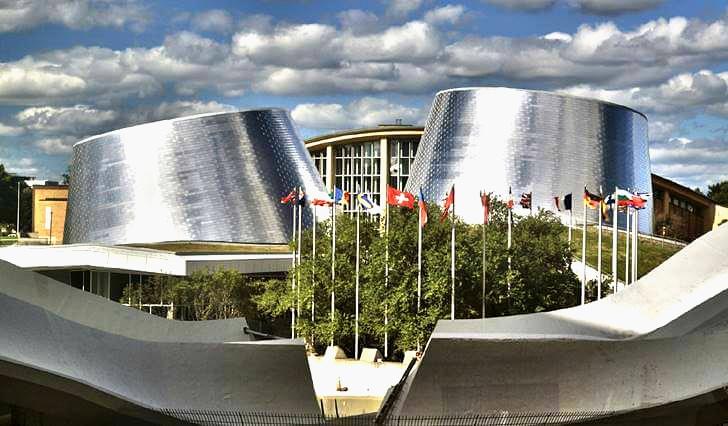 망원경 모양의 건축 디자인 입니다