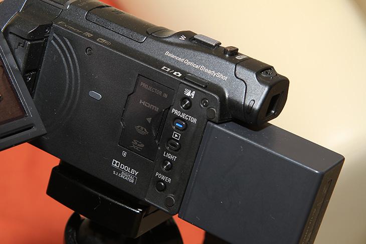 HDR-PJ820 프로젝터, HDR-PJ820 프로젝터 활용기, 실제 화면 밝기, 발열, 열화상카메라, FLIR E40, PJ820, IT, 캠코더, 소니, Sony,HDR-PJ820 프로젝터 활용기편 입니다. 실제 화면 밝기와 화면 사이즈 그리고 실제로 사용해보면서 단점들 장점들을 적어보도록 하죠. 프로텍터 기능이 빌트인 되면서 장점이라면 가끔은 집에서 또는 야외에서 영화관 같은 큰 화면을 즐길 수 있다는 것 입니다. HDR-PJ820 프로젝터는 처음은 아닙니다. 이전 캠코더에서도 이 기능이 기본으로 들어가기 시작했는데요. 가격적인 부분도 이제는 안정화가 되면서 이제는 프로젝터 기능을 일부러 쓰려고 이 캠코더를 쓰는 분들까지 생겼죠. 참고로 HDR-PJ820 프로젝터와 이전 캠코더의 가장 큰 차이점이라면 프로젝터는 있지만, 외부 장치의 영상을 캠코더로 주사하는것이 안됬었는데 이제는 이것이 됩니다. 즉 노트북이나 태블릿의 영상을 캠코더를 이용해서 프로젝터를 쓸 수 있다는 것 입니다. HDMI IN 기능이 추가된 것입니다. 최근에 조그마한 크기의 들고다니는 프로젝터도 유행을 하는데요. 이 캠코더는 그 역할을 할 수 있는 것 입니다. 실제 사용하면서 느낀점 그리고 발열 부분도 살펴보도록 하죠.