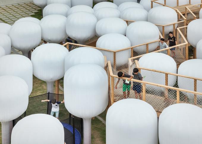 *문지방이 제안하는 신선놀음 [ Moon Ji Bang ] installs a field of mushroom-shaped balloons outside a Seoul museum