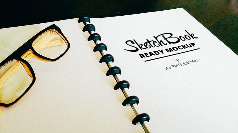 안경이 놓여있는 스케치북 목업 PSD - Free Realistic Sketchbook PSD Mockup