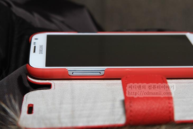 갤럭시 노트2 케이스, 벨킨 SNAP FOLIO, 사용기, 후기, 갤럭시노트2 케이스, SNAP FOLIO 사용기, 스마트폰, 케이스, 스마트폰 케이스, review, 삼성, 스탠드, 스마트폰 스텐드, 갤럭시노트2 케이스 벨킨 SNAP FOLIO를 사용해 봤습니다. 스텐드처럼 세워놓고 사용할 수 있는 그런 케이스 인데요. 화면이 좀 넓은 스마트폰을 쓰다보면 세워놓고 쓰고 싶은 경우가 있습니다. 벨킨 SNAP FOLIO 를 사용하면 갤럭시노트2를 세워놓고 스텐드가 별도로 없더라도 세워놓고 사용할 수 있습니다. 동영상을 보거나 DMB를 볼 때 좀 더 편하게 볼 수 있죠. 물론 이런 케이스가 없다면 아래쪽에 뭔가 놓고 그 위에 기울려놓고 보기도 하는데요. 좀 불안불안 하죠. 커버케이스이면서도 간이 스텐드를 이용해서 세워서도 볼 수 있는 그런케이스이니 지금 부터 벨킨 SNAP FOLIO 갤럭시노트2 케이스의 디자인을 좀 살펴보죠.
