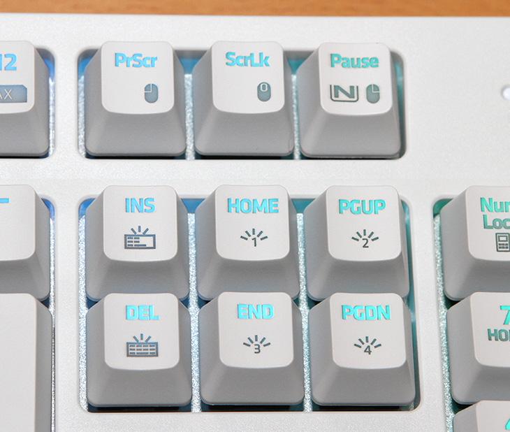 NKEYBOARD ,NKEY-R3, RGB ,하드웨어 매크로, 화려한 튜닝효과,IT,IT 제품리뷰,컴퓨텍스에서 봤었던 화려한 LED 기계식키보드들이 생각이 아네요. 이번에 소개할 제품이 그런 기능을 가진 제품 입니다. NKEYBOARD NKEY-R3 RGB 하드웨어 매크로 화려한 튜닝효과에 대해서 알아볼텐데요. 빛이 들어오는 키보드는 이미 익숙할겁니다. 요즘은 노트북에서도 백라이트가 있는 키보드가 있으니까요. 하지만 이제는 그런 단순한 효과의 LED효과가 아닙니다. NKEYBOARD NKEY-R3 RGB는 차일축을 사용하고 화려한 LED 효과는 물론 하드웨어 매크로 기능까지 넣어둔 상당히 기능이 많은 키보드 입니다. 실제로 저도 최초에 사용시 메뉴얼을 한번 봐야 모든 기능을 알 수 있을정도로 기능이 꽤 많았습니다.