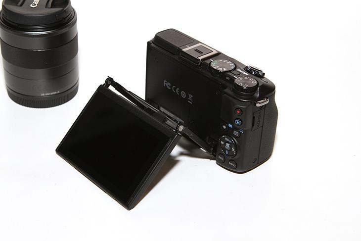 캐논 EOS M3 블랙, 디자인, 마그네슘, 바디, 외형, 내구성,IT,IT 제품리뷰,후기,사용기,캐논,EOS M3,M3,Canon M3,캐논 M3,캐논 EOS M3 블랙 디자인을 살펴볼텐데요. 개봉기 부터 시작하겠습니다. 마그네슘 합금 바디와 강한 내구성을 가지면서도 쉬운 인터페이스 높은 화질을 가지고 있는 제품 입니다. 배우 강소라가 광고를 하고 있어서 더 유명하기도 한데요. 그 제품은 화이트 제품이지만 캐논 EOS M3 블랙을 저는 소개해보려고 합니다. 18-55mm 렌즈가 포함된 버전 인데요. 이 제품은 미러리스 카메라 입니다. 최근에는 카메라들의 화질이 높아지면서 무거운 Dslr 보다는 비교적 가벼운 미러리스 카메라를 더 선호하는 분들이 많아졌는데요. 물론 미러리스도 여러가지가 있지만 캐논 EOS M3는 2420만 화소의 센서와 핫슈를 가지고 있어서 확장도 가능하며 셀프카메라 촬영도 가능하고 렌즈도 교환이 가능해서 서브용 카메라는 물론 메인 카메라로 사용하기에도 충분한 카메라 입니다.캐논 카메라를 제가 사용해본게 필름카메라 외에 디지털카메라로는 A70 부터 사용을 했었는데요. 그 후 캐논 파워샷 G3와 G5를 차례대로 써보고 그 후 캐논 300D로 넘어와서 지금은 캐논 EOS 7D를 사용 중 인데요. 한참 카메라에 빠졌을 때에는 정말 기변을 많이 했었습니다. 과거 몇년 동안은 미러가 있는 Dslr이 최고라고 생각해왔고 미러리스 카메라는 서브용으로만 생각해 왔었는데요. 근데 요즘은 하이엔드 카메라도 화질이 많이좋아졌고 오죽하면 스마트폰으로도 사진을 많이 찍는 시대가 되면서 이제는 WiFi도 되고 화질도 좋고 기능이 다양해진 제품들이 더 선호하게 되었습니다. 미러리스 카메라가 그 역할을 톡톡히 하고 있죠. 큰 센서와 렌즈교환이 가능하면서도 좀 작기 때문이죠. 그런데 미러리스 카메라는 약하다는 생각을 할 수 도 있는데 이 카메라는 마그네슘 합금바디를 사용해서 첫느낌이 무척 단단했습니다. 묵직하기도 했구요.