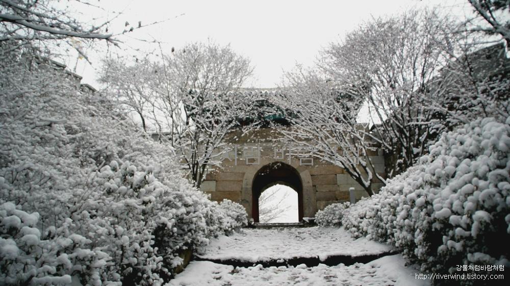 눈덮인 금정산성 동문