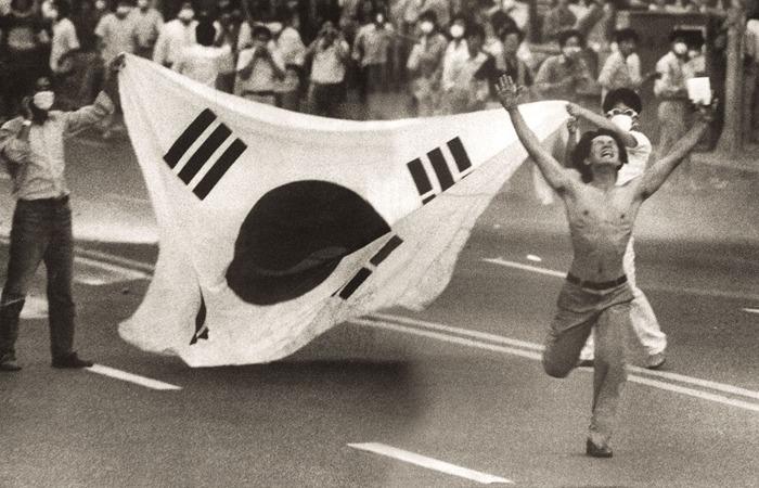 사진: 1987년 부산 문현동 인근에서 6월항쟁에 참여한 국민들의 모습. 보수주의자들은 이렇게 민주주의를 찾아준 사람들은 빨갱이나 종북이라고 부른다. [자유민주주의, 공산주의 반대말이 아니다]