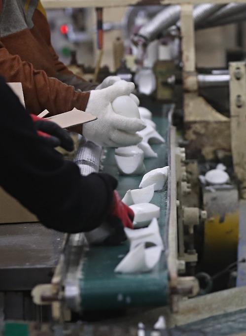 보호작업장에서 일하는 장애인들