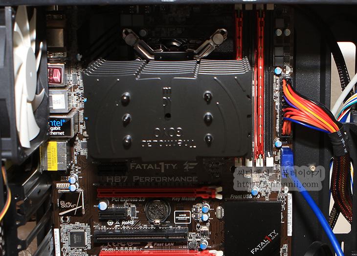 써모랩 고요, 써모랩 GOYO, 무소음 CPU 쿨러, 무소음 CPU, 무소음 쿨러, IT, CPU, thermolab, 써모랩, 냉각핀, 냉각팬, 팬, FAN, 고요 장착방법, 고요 설치 방법,써모랩 고요 GOYO 사용기를 이제서야 올려봅니다. 실제로 사용한 것은 좀 되었는데요. 이 제품은 무소음 CPU 쿨러라는 타이틀을 들고 thermolab에서 나온 새로운 제품 입니다. 물론 기존에도 있던 쿨러도 팬만 빼면 무소음 CPU 쿨러가 될지는 모르지만 써모랩 고요 GOYO 사용을 해보면 왜 무팬인지 알게 됩니다. 타워형 CPU 쿨러는 대부분은 방열 면적이 넓기 때문에 팬없이도 사용이 가능하긴 합니다. 물론 전제 조건은 발열양이 낮은 CPU를 써야하고 자연대류로 충분히 냉각이 가능해야하죠. 그런데 써모랩 고요가 다른점은 무엇인지 궁금하실겁니다. 그것은 냉각핀의 간격에 있습니다. 팬이 있는 형태의 타워형 쿨러는 냉각핀의 간격이 좁습니다. 이유는 팬을 통해서 강제로 냉각을 할 때 냉각핀이 많으면 유리하기 때문입니다. 하지만 이런 타워형 쿨러에서 냉각팬을 빼버리면 반대로 열이 잘 안식는 현상이 발생합니다. 냉각핀과 냉각핀 사이가 좁아서 충분히 공기가 움직이지 못하게 되기 때문이죠.  이런 이유로 써모랩 고요는 냉각핀의 간격을 넓혔습니다. 즉 자연대류에 유리하도록 냉각핀의 간격을 조정한것이죠. 냉각핀은 세어보니 15개로 되어있군요. 써모랩은 제가 오버클러킹 대회에 나가서 우승하게 해준 쿨러이기도 한데요. 같은 모양의 냉각핀을 서로 지그재그 방향으로 놓아서 공기와 닿는 면적을 최적화 했듯 이 쿨러의 경우에도 그런 형태로 되어있습니다. 그리고 이 제품이 경쟁력이 있는점은 무팬이며 히트파이프를 3개만 사용했지만 성능이 꽤 좋다는점. 가격에서 경쟁력이 있다는 점 입니다. 그럼 실제로 장착해서 성능을 살펴보도록 하죠.