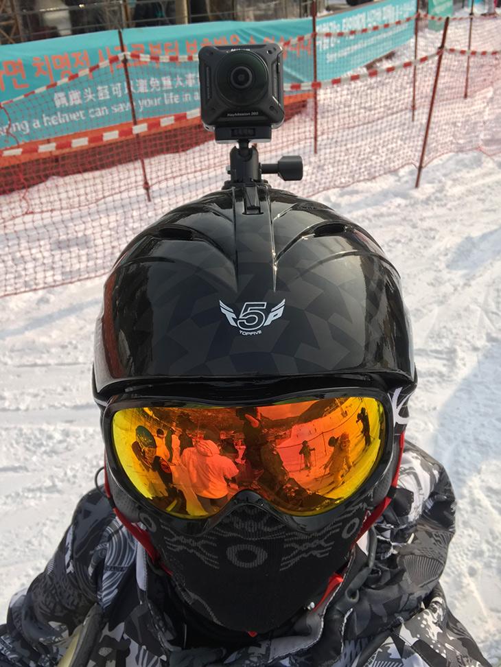 니콘 키미션 360, 스키장, 활용,IT,IT 제품리뷰,겨울하면 생각나는것이 스키장이죠. 그런데 즐기는 모습을 좀 특별하게 찍어봤습니다. 니콘 키미션 360 스키장에서 활용을 해 촬영을 해봤는데요. 방법은 간단합니다. 그냥 헬멧 위에 붙여놓고 사진도 찍고 영상도 찍어 봤습니다. 니콘 키미션 360 스키장에서 활용시 들고 다닐 필요는 없어서 편했는데요. 기본으로 있던 양면테이프를 이용해서 딱 붙여서 사용이 가능 했습니다. 추운 날씨지만 떨어지진 않더군요.