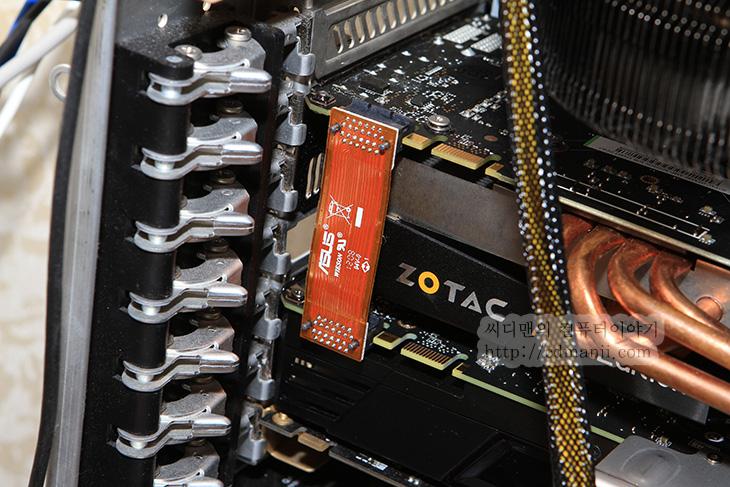 GTX680 SLI, GTX680 SLI 3DMARK11, 3DMARK 11, 3DMARK, ZOTAC GTX680 AMP Edition, ASUS GTX680, 배틀필드3, BattleField3, GTX690, ASUS, 조텍, 성능, ASUS SABERTOOTH Z77, SLI, 크로스파이어X, 크로스파이어, IT, 그래픽카드, 벤치마크,GTX680 SLI 성능 방법을 알아보죠. 크게 어렵진 않으니 해봅시다. 벤치마크로 3DMARK 11과 배틀필드3 네트워크 대전을 해보고 프레임 측정을 해볼것입니다. 물론 하나만 써도 엄청난 성능을 내는 좋은 그래픽카드이긴 하지만 GTX680 SLI를 통해서 2개이상을 묶으면 보다 더 좋은 성능을 냅니다. 참고로 라이센스 문제가 있어서 SLI를 지원하는 보드에서 사용해야 합니다. 테스트로 사용될 보드는 ASUS SABERTOOTH Z77 입니다. 크로스파이어와 SLI 모드 지원을 하죠. SLI 경우에는 같은 그래픽카드를 반드시 연결해야하는것으로 되어있으나 같은 칩셋을 쓴 경우에는 클럭이 약간 달라도 동작은 합니다. 실제로 지금 테스트에 사용될 그래픽카드는 Zotac GTX680 AMP Edition , ASUS GTX680 입니다. 성능이 Zotac이 AMP Edition이라서 클럭이 더 높아 좋습니다. 그래서 마스터를 이것을 쓸것입니다. 그리고 아래에 사운드카드 때문에 그리고 조텍 그래픽카드가 쿨러 때문에 3단이나 사용하기 때문에 어쩔 수 없이 위에 장착해야하긴 하네요.