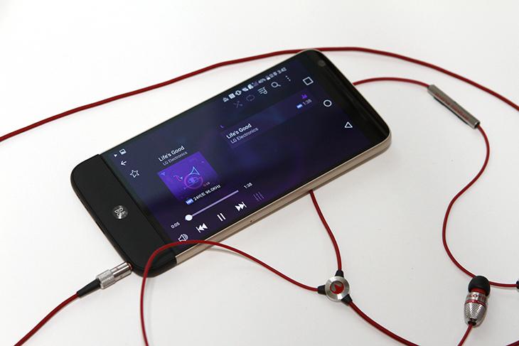 LG ,HiFi Plus, LG G5, 음질 ,컴퓨터 ,PC Driver ,연결하기,IT,IT 제품리뷰,스마트폰에서 모듈방식을 이용해서 기능을 올릴 수 있습니다. 이 스마트폰의 특징 중 하나인데요 LG HiFi Plus을 LG G5에 연결하여 음질을 올려봅니다. 참고로 컴퓨터에 PC Driver를 설치하여 연결하기도 가능 합니다. B&O 디자인으로 입혀진 이 제품은 아주 작은 크기이지만 32bit Hi-Fi DAC (Digital to Analog Converter)로 음질을 풍성하게 해줍니다. LG HiFi Plus 와 G5는 상당히 잘 어울리는데요. 애초에 모듈형태로 결합이 되도록 디자인 했기 때문이죠.