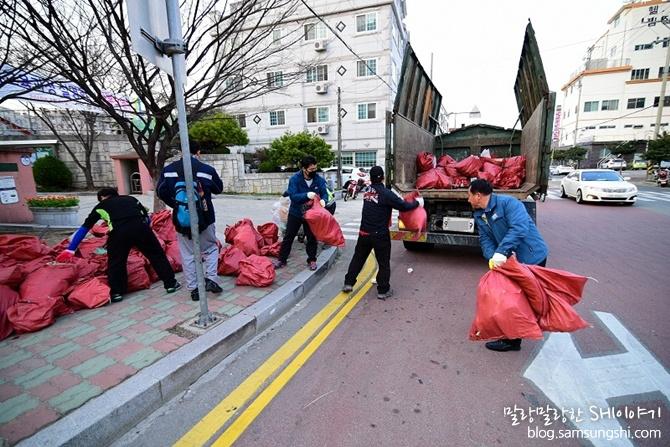 쓰레기를 옮기는 봉사자들