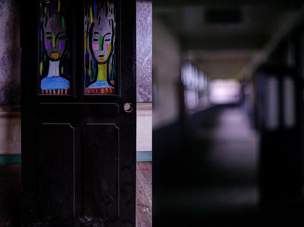 음산한 복도와 누군가 교실문에 그려놓은 남녀 얼굴의 판화