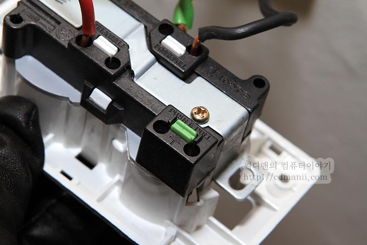 접지 하는법, 접지 멀티탭, 접지 확인법, IT, 유도전류, 접지, 컴퓨터, 고장, 정전,접지 하는법은 어렵진 않습니다. 접지 멀티탭을 쓰면 되죠. 접지를 해야하는 이유는 전기를 사용하는 기기를 쓰면 유도전류가 생기게 되는데 이것을 없애기 위해서 사용 됩니다. 컴퓨터 본체를 만졌을 때 따끔한 느낌을 받은 분들이 있을텐데요. 유도 전류 때문입니다. 접지 하는법 이번 편 에서는 접지를 확인 하는 방법 및 접지가 안된 상태에서 접지를 어떻게 하는지 알아볼 것 입니다.  접지가 되어있는지 안되어있는지 확인하는 방법은 돈을 들이지 않고 하는 방법으로는 컴퓨터 본체 처럼 강철로 되어있는 부분을 손으로 만졌을 때 따끔하는지 확인해 보는 방법으로 알 수 있습니다. 따끔하지 않더라도 표면을 문지를 때 뭔가 드드득 거리면서 흐르는 느낌이 든다면 그것도 접지가 되어있지 않은 것 입니다. 또는 알루미늄으로 되어있는 노트북의 표면을 만졌을 때 따끔 하는 경우도 접지가 안되어있는 경우 입니다. 접지가 되어있지 않은 경우 유도전류가 기기에 않좋은 영향을 줘서 수명이 단축되거나 잔고장이 생길 확률이 높아집니다.  건물의 경우 기본적으로는 접지공사를 하도록 되어있습니다만, 접지를 하지 않더라도 가전기기를 쓰는데 문제는 없으므로 선을 넣어놓더라도 실제로는 접지를 안하는 경우가 많이 있습니다. 위에 알려드린 방법으로는 사실 접지가 정확히 되어있는지 확인할 수 없습니다. 손으로 느껴지지 않더라도 접지가 안되어있을 수 있기 때문이죠.  접지를 저렴한 비용으로 알아보려면, APC 서지어레스트 서지보호기 멀티탭을 쓰는 방법이 있습니다. 접지가 되어있는지 확인하는 램프가 있어서 간단히 장착한 상태로 확인이 가능 하죠. 서지를 보호하는 기능이 있는 멀티탭이므로 멀티탭을 다시 구매해야하는 분들에게도 괜찮은 제품이구요.