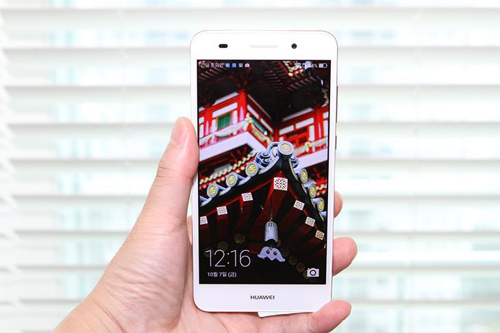 저가폰 ,스마트폰 추천, 화웨이, H폰, 쓸만하고, 좋아,IT,IT 제품리뷰,출고가 20만원대의 저렴한 스마트폰 소개합니다. 가격에 비해서 꽤 좋고 쓸만했는데요. 저가폰 스마트폰 추천 화웨이 H폰은 화면도 밝고 선명하고 꽤 괜찮은 반응 속도를 보여줬습니다. 물론 하드웨어 스펙을 꼭 고가형의 스마트폰과 비교하면 성능이 떨어지긴 하겠으니 일반적인 사용에서는 문제 없습니다. 저가폰 스마트폰 추천으로 화웨이 H폰 어떤지 살펴보도록 하죠.