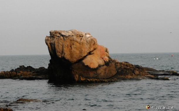 히안하게 생긴 바위