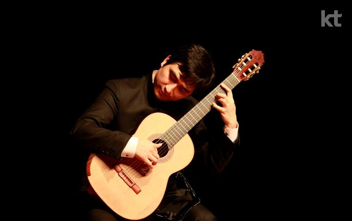 클래식 기타를 연주하고 있는 전장수