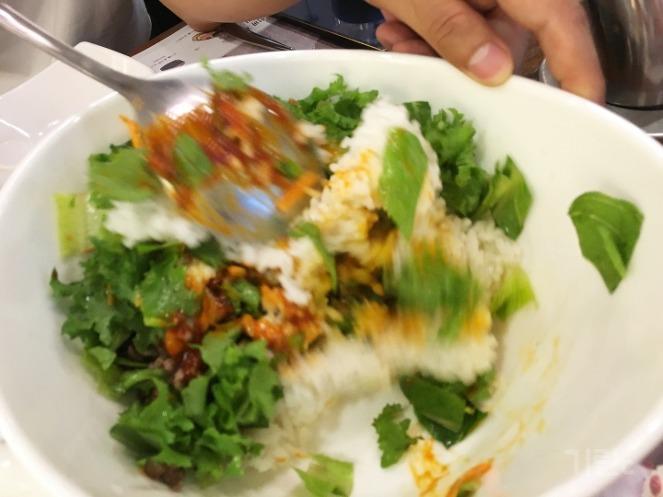 비빔밥 비비기
