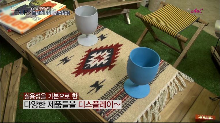 인디언패터의 테이블 매트 위에 옥수수 성분으로 만든 컵 2개