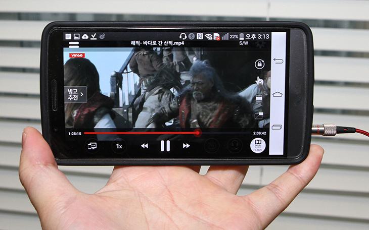 빙고 플레이어 ,돌비 오디오, VINGO ,LG G3 사용기,LG G3 빙고 플레이어,빙고,IT,스마트폰,영화,돌비,돌비 서라운드,영화,사운드,인기영화,바다로간 산적,해적,빙고 플레이어는 돌비 오디오를 활용하여 영화도 보고 PC 및 모바일을 아우르는 플레이어 입니다. VINGO를 LG G3 에서 사용을 해봤는데요. LG G3 경우에는 돌비를 지원을 합니다. VINGO는 세계 최초로 돌비 오디오를 완벽하게 지원하는 서비스 입니다. 빙고 플레이어는 디지털방송과 영화관 사운드 기술의 표준인 돌비를 지원함으로써 이어폰으로 연결시 5.1 채널 서라운드 사운드를 지원해서 좀 더 현실감 있고 좋은 영화 감상을 할 수 있도록 돕습니다.돌비를 지원하는 컨텐츠도 계속 늘어나고 있어서 주목할 만 한데요. 빙고 플레이어를 체험을 하면서 실제로 산으로간 해적 영화를 감상해 봤습니다. 이어폰으로 단순히 감상할 때와 돌비를 활성화 해놓고 감상 시 느낌이 확실히 차이가 있었습니다. 영화를 감상시 사운드가 깊이감이 달라지면 이미 봤던 영화라고 하더라도 재미가 더 있다고 합니다. 저도 이미 봤던 영화이지만 다시 봤는데 주변에 파도 소리와 주변에 움직이는 물체의 바스락 거리는 소리 등 현실감이 넘치는 사운드를 즐길 수 있었습니다.