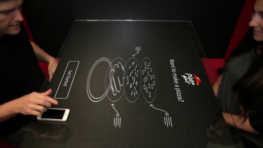 피자헛(Pizza Hut)과 카오틱문 스튜디오(Chaotic Moon Studios)의 인터랙티브 컨셉 테이블(Interactive Concept Table)