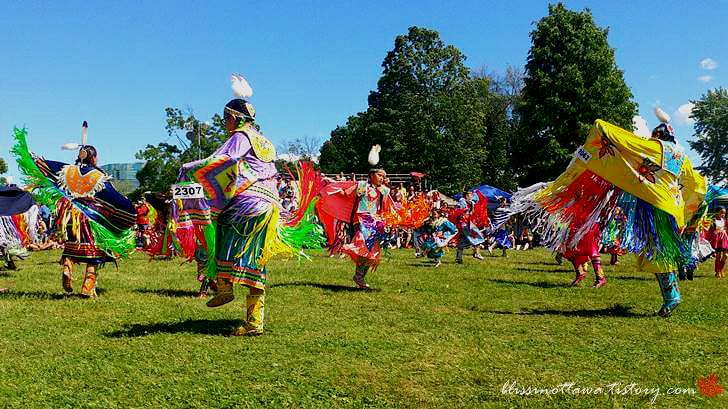 원주민 춤 경연대회입니다