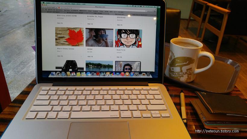 맥북과 커피