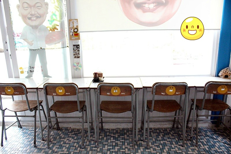 카카오프렌즈 라이언이 의자에 모였다.