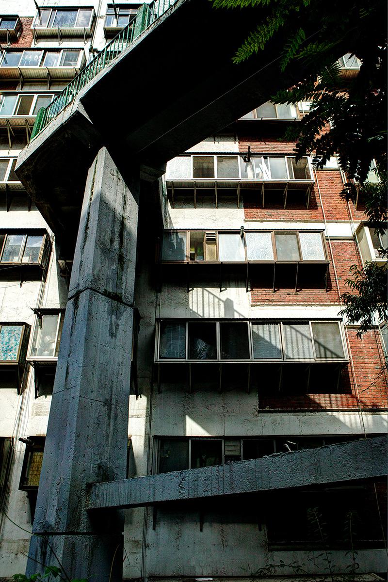 회현동 시범아파트-옥외로 나가는 복도가 공중에 띄워져있어 공중가로를 연상케 한다.