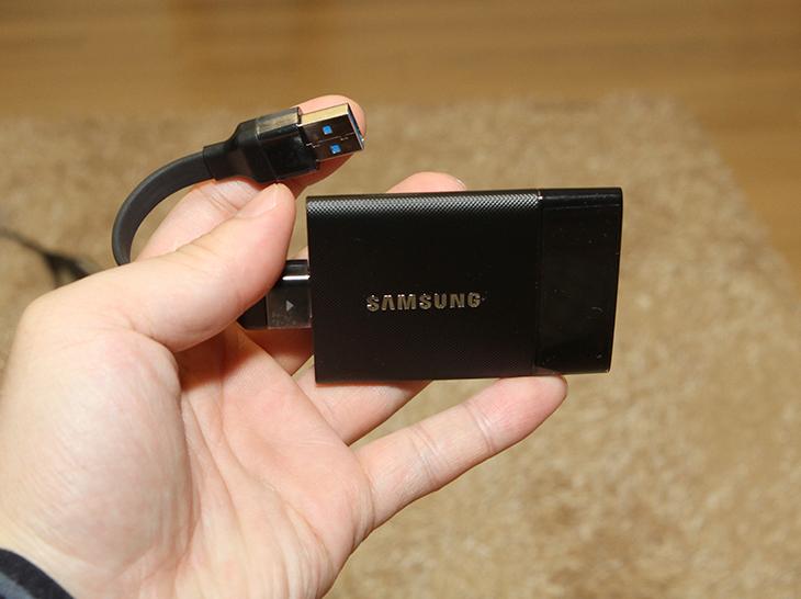 가벼우면서 세련된 디자인,삼성 포터블 SSD 후기,삼성 포터블 SSD,IT,IT 제품리뷰,후기,사용기,SSD,삼성 외장 SSD,가벼우면서 세련된 디자인의 삼성 포터블 SSD 후기를 올려봅니다. 성능에 대한 부분은 그전의 글에 올려놓았는데요. SSD라는 단어가 이제는 일반 사용자에 있어서 생소한 단어는 아닙니다. 데스크탑에 이제는 하나정도는 들어가 있을법한 물건이니까요. 가벼우면서 세련된 디자인의 삼성 포터블 SSD 후기를 통해서 얼마나 멋진 제품인지 소개해보죠. 이 제품은 들고다니는 외장하드를 대체할만한 획기적인 물건 입니다. 충격에 의한 데이터 안정성도 더 좋은데요. 하드디스크의 저장장치에 비해서 SSD 타입이 충격에 좀 더 안전하기 때문입니다. 삼성 포터블 SSD 후기로 일반 사용자들에게 관심을 많이 받고 있는데요. 최근들어서는 작고 가벼운 노트북을 많이 사용하고 있고 그래서 들고다니는 저장장치가 더 많이 필요해졌기 때문입니다. 이 제품은 250GB 500GB 1TB까지의 제품이 나와있으므로 사용자는 필요한 용량에 따라서 선택이 가능합니다. 이번편은 작고 가벼운 디자인을 설명드리는 편 인데요. 얼마나 작은지 한번 살펴보도록 하죠.