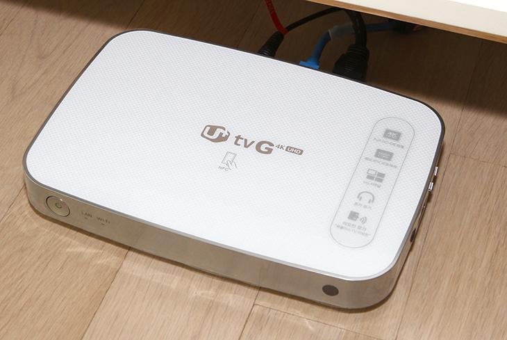유플러스 광기가, 유플러스 기가인터넷,유플러스 기가인터넷 실제 사용 후기,IT,IT 제품리뷰,유플러스,U+,U+ TV G 4K UHD,셋톱,유무선공유기,CAT5E,유플러스 광기가 인터넷,유플러스인터넷,유플러스 유튜브,유튜브 속도,유플러스 광기가 기가인터넷 실제 사용 후기를 올려봅니다. 저는 좀 일찌감치 프로모션을 통해서 바로 가입하고 사용하고 있었는데요. 프로모션 당시 4K UHD 셋톱을 신청하면 기존에 쓰던 유플러스 인터넷을 기가인터넷으로 올려준다는 것이었습니다. 최근에 서비스 시작후 유플러스 광기가로 검색하는 분들이 꽤 늘었는데요. 실제 인터넷 속도가 어느정도 되는지 그리고 실제로 쓰는 상황에서 불편한 점등은 없는지 등이 궁금할 것입니다. 제 경우에는 실제로 쓰고 있으니 제가 몇달동안 써본 느낌을 전해보려고 합니다. 유플러스 광기가를 신청한 이유는 저는 집에서 수많은 디바이스들을 이용하고 있습니다. 좀 더 빠른 속도로 인터넷을 활용하고 집에 네트워크를 보다 빠르게 연결 후 외부에서도 사용하기를 원했었죠. 참고로 광기가 즉 기가인터넷은 기가비트 네트워크를 말합니다. 1000Mbps의 속도로 다운로드가 가능한것을 말하는데요. 대략적으로 빠르다면 1초에 최대 125MB를 받을 수 있는 정도의 아주 빠른 속도 입니다.저는 지금 기가인터넷을 쓰기 전부터 유플러스를 원래 쓰고 있었습니다. 이사를 하기 전에는 제가 있던 곳에서 기가인터넷을 신청하고 싶어도 쓸 수 없다는것을 알게 되었습니다. 1000Mbps의 기가인터넷을 쓰려면 그 윗단에 10Gbps의 회선이 들어와야만 가능하기 때문이죠. 그리고 모든 회선이 적어도 CAT5E 이상으로 구성되어 있어야 합니다. 참고로 아무리 빠른 회선이 집으로 들어온다고 하더라도 집에서 쓰는 공유기나 또는 랜선이 그것을 하나라도 만족하지 못한다면 실제로 기가인터넷을 쓰지 못합니다. 그런 이유로 최근에 기가인터넷을 지원하는 유무선공유기나 허브 , 그리고 랜선이 꽤 많이 검색되고 있습니다.