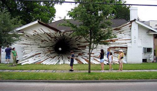 폭격 맞은 집?  블랙홀?