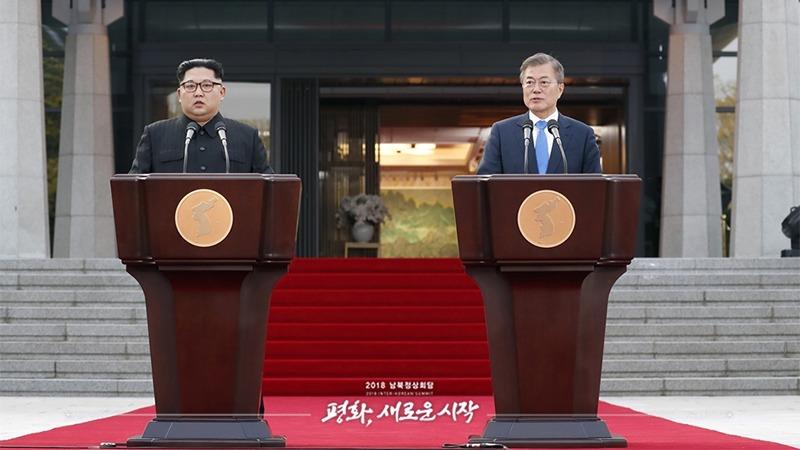 사진: 선언문을 낭독하는 문재인 대통령과 김정은 위원장.