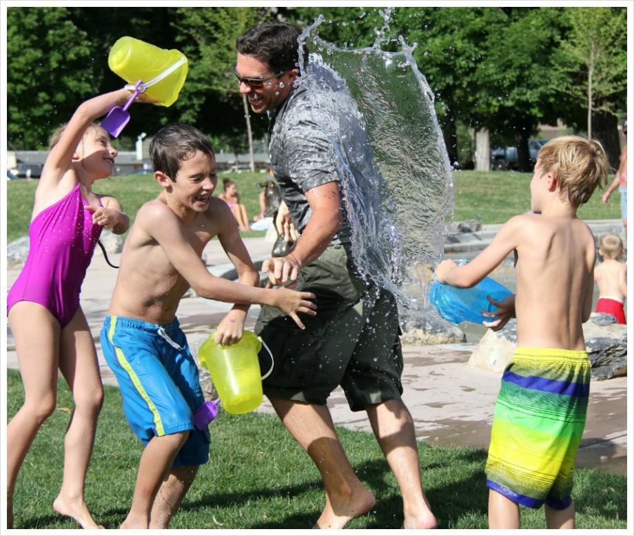 ( 바쁜 삶을 살아가는 동안 아이들은 이미 훌쩍 자라나 있습니다. 그들과 한번 신나게 놀아보지도 못햇는데 말입니다. )