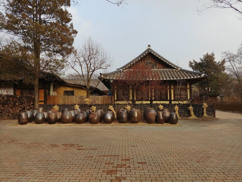 용인 한국민속촌 한옥과 장독